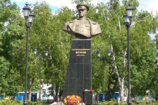 В Харькове сбросили бюст Жукова, мэр Кернес разгневался