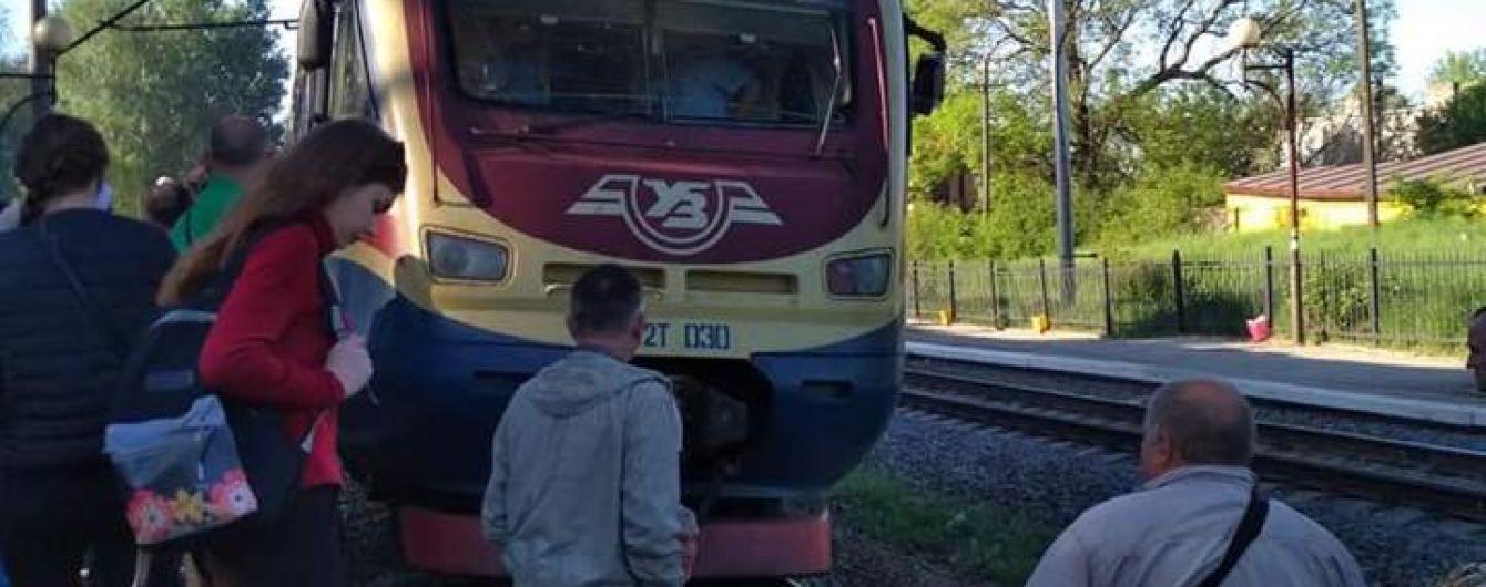 На Львовщине пассажиры заблокировали движение электрички