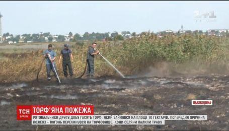 Неподалік Львова дві доби горить 10 гектарів торфу