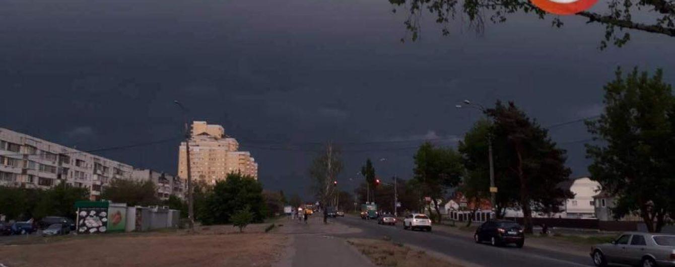 Киевлян предупредили о мощной грозе и посоветовали прятаться в укрытиях