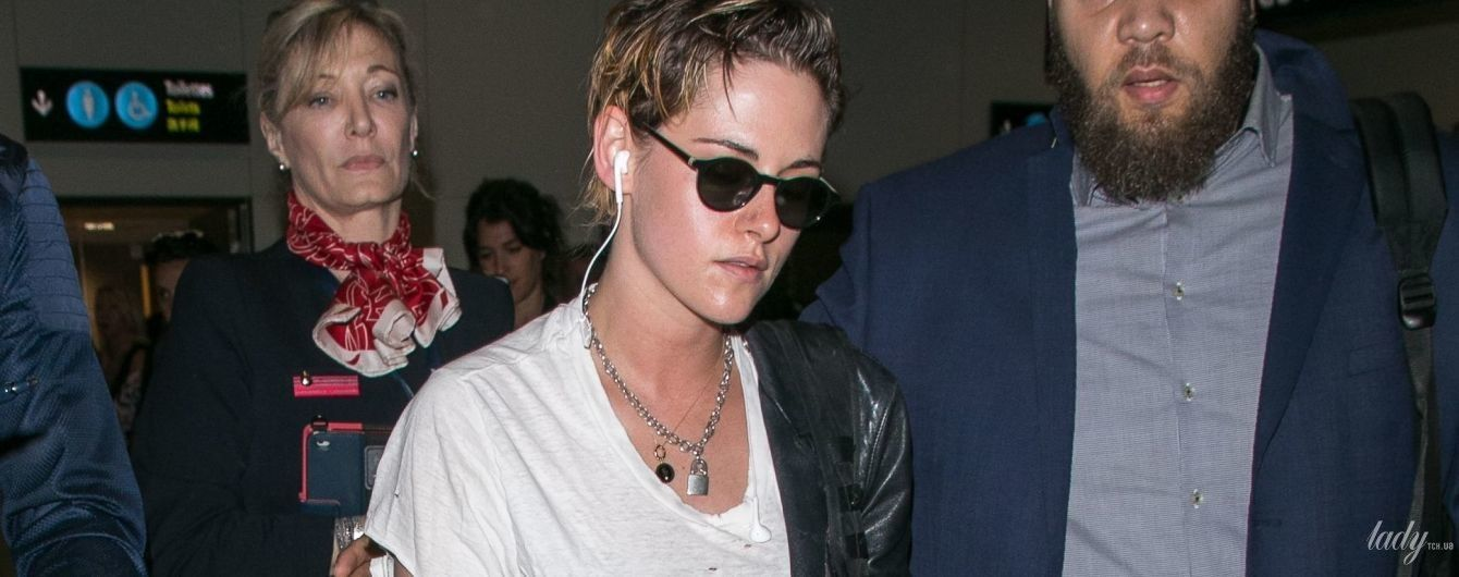 В рваной футболке и джинсах: Кристен Стюарт в аэропорту Ниццы