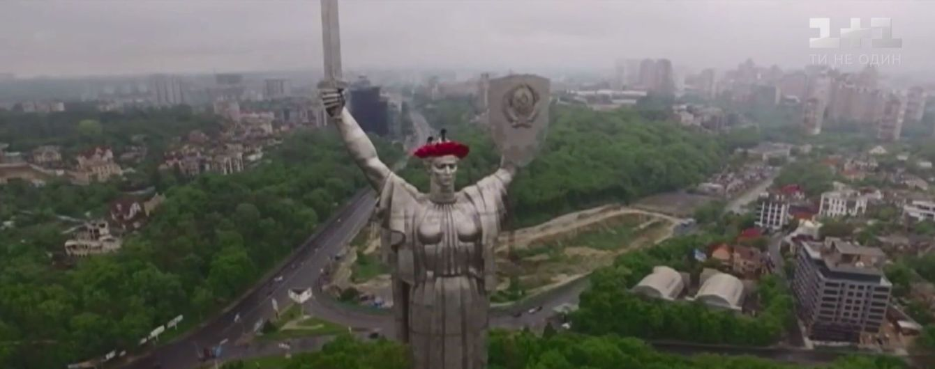 Гроза осложнила украшение монумента Родины-Матери в Киеве