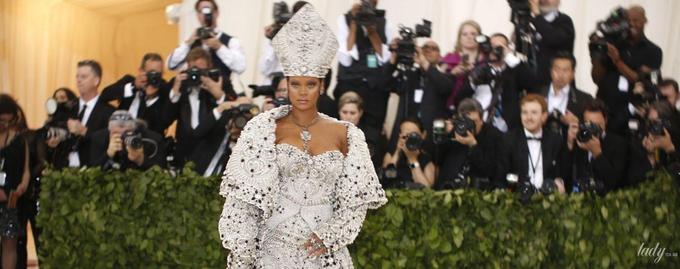 Вся в жемчуге и в епископской шапке: экстравагантный образ Рианны на Met Gala-2018