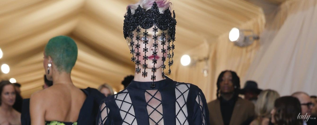 В прозрачном платье и с розовыми волосами: экстравагантный образ Кары Делевинь на Met Gala-2018
