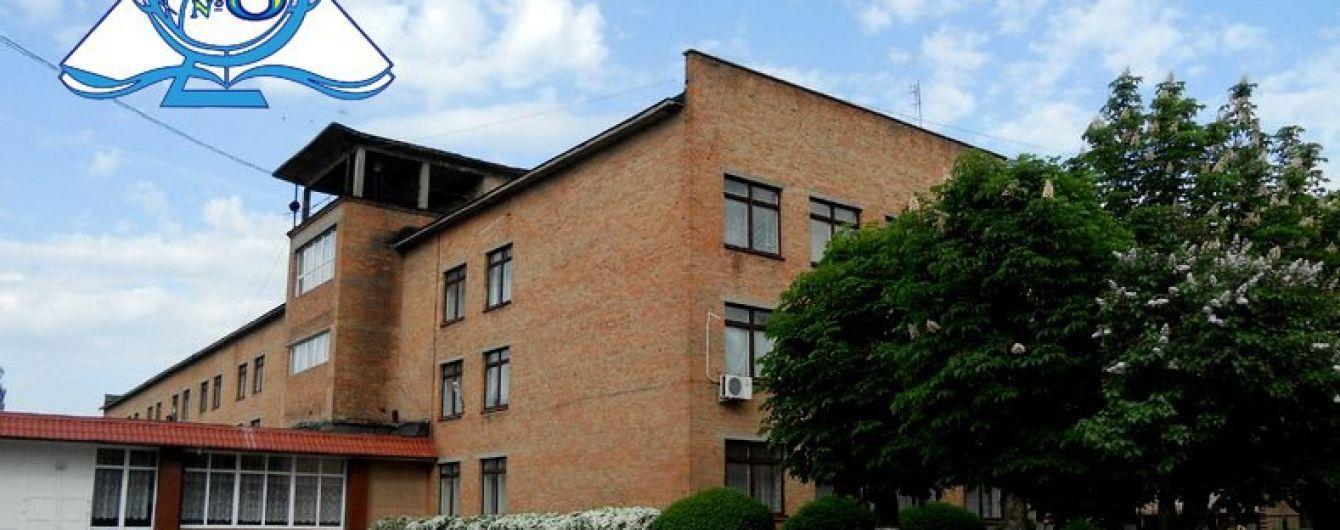 В Черкассах во время линейки потеряли сознание десятки школьников