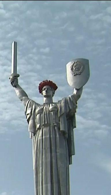 До дня примирення та пам'яті у Києві монумент Батьківщини-Матері прикрасили червоними маками
