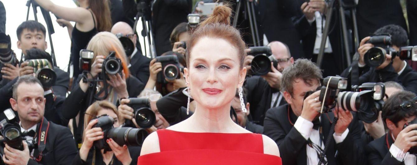 В красном платье с перьями: Джулинна Мур в изысканном образе появилась перед фотокамерами