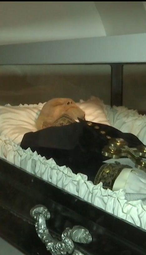 После нового бальзамирования тело Пирогова стало светлее и приобрело более естественных человеческих черт