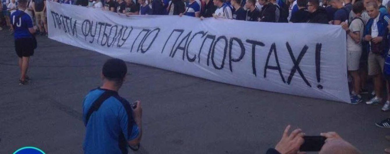 """Дівчина показала побиту спину під час маршу ультрас в Дніпрі, поліція назвала це """"асфальтною хворобою"""""""