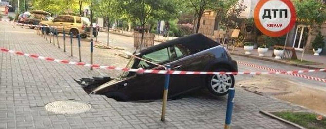 В центре Киева под землю провалился автомобиль