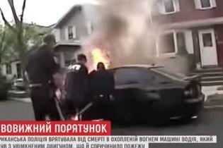 У США поліцейські витягли водія з машини у вогні