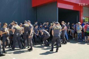 Кілька сотень активістів Нацкорпусу зібрались, аби їхати до Льовочкіна