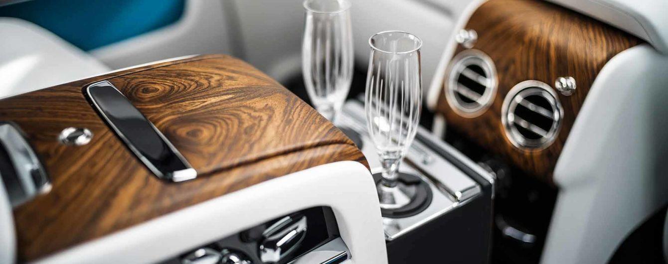 В BMW научат автомобили наполнять бокалы шампанским во время движения