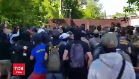 """Нацкорпус"" дубинками бил по забору дома Левочкина"