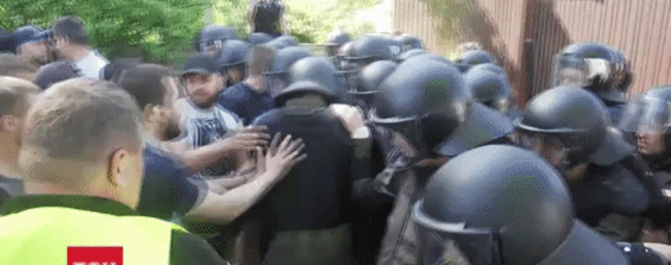 Газова завіса, фаєри та постраждалий журналіст: як відбувались сутички під маєтком Льовочкіна