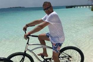 В шортах с цветочным принтом и на велосипеде: Юрий Горбунов опубликовал снимки с отдыха