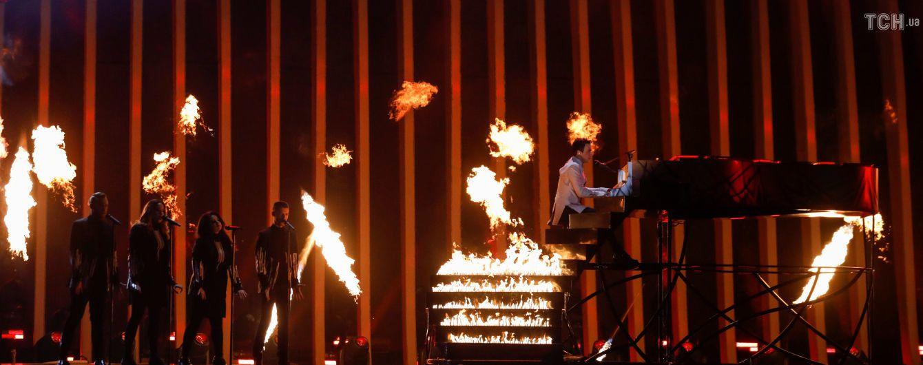 """Охоплені полум'ям сходи та рояль-труна: MELOVIN закрив другий півфінал """"Євробачення"""""""