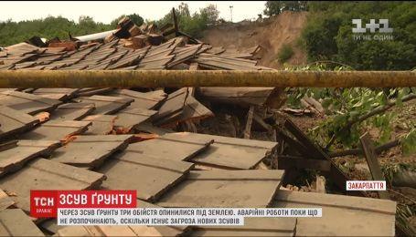В селе на Закарпатье произошел сдвиг земли в сторону жилых домов
