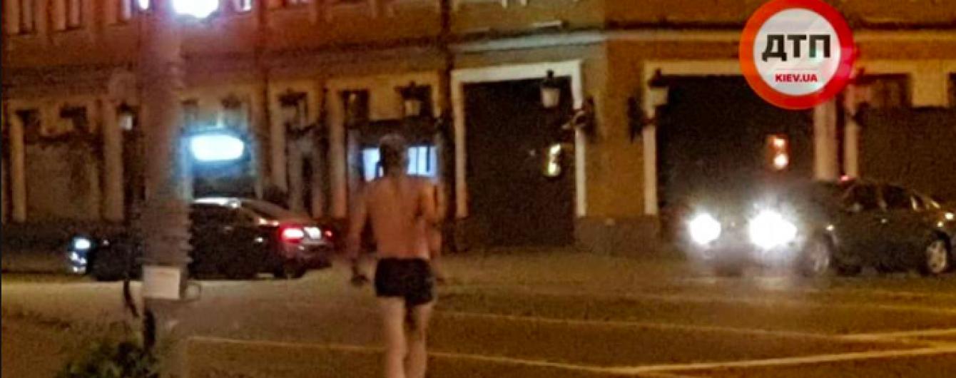 В Киеве на Подоле гулял мужчина в плавках с монтировкой