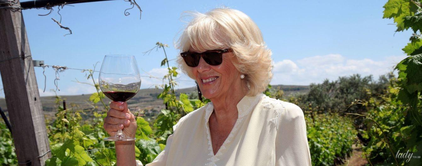 Красное или белое: 70-летняя герцогиня Корнуольская Камилла выпивает в Греции
