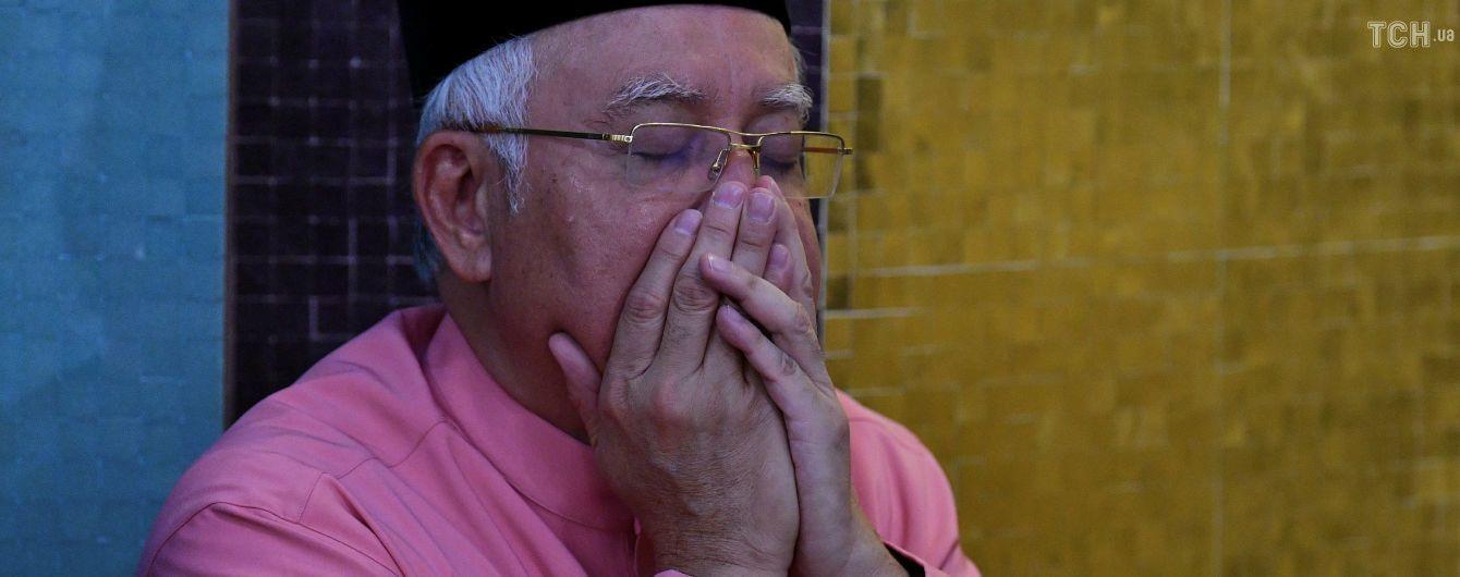 Экс-премьеру Малайзии запретили выезжать из страны