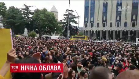 У Тбілісі сотні людей вийшли на протести через силові рейди поліції у нічних клубах
