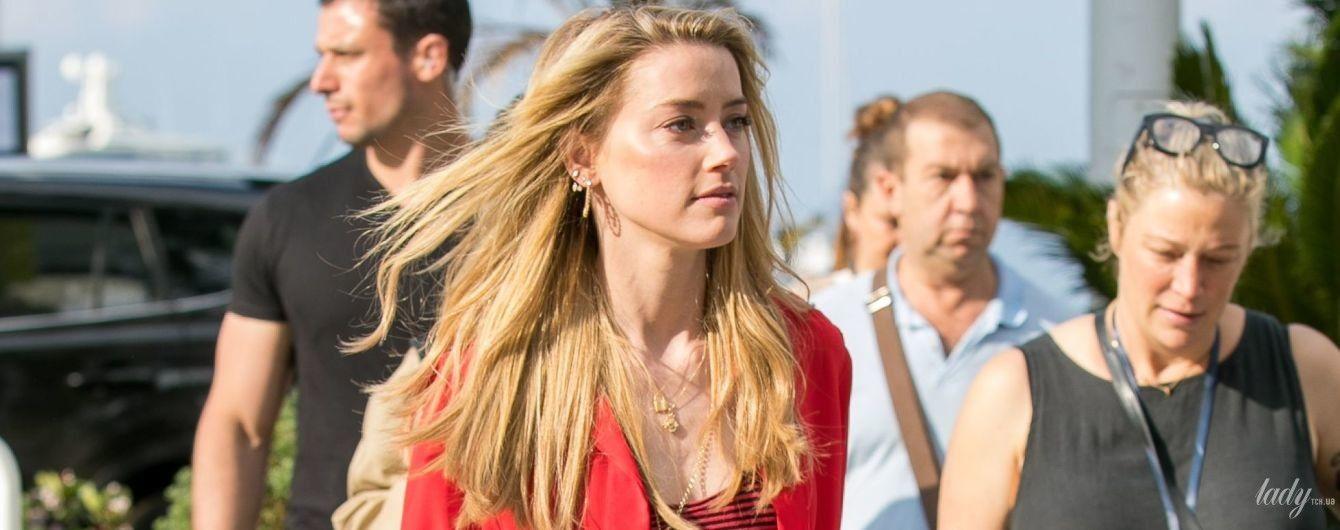 В красной рубашке и дорогих сапогах: стильная Эмбер Херд на съемках в Каннах