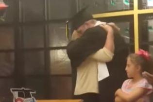 У США випускну церемонію перенесли до лікарні, щоби хвора мати одного з учнів могла її побачити