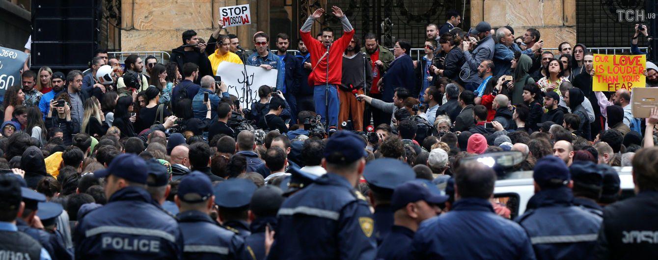 Во время протестов в Тбилиси к участникам акции вышел министр МВД