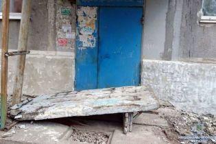 На Донетчине бетонная стена возле подъезда упала на четырех детей