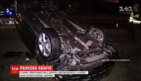 В Киеве Toyota вылетела с дороги и перевернулась