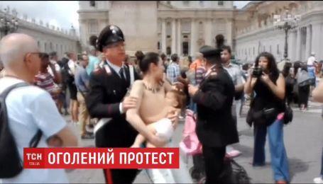"""На День матері оголена активістка """"Фемен"""" годувала грудьми дитину у Ватикані"""