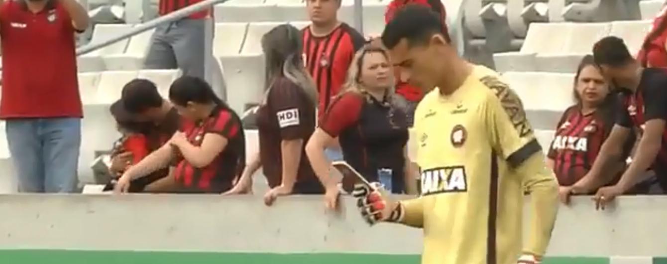 """Не дивно, що його команда програла: бразильський воротар """"залипнув"""" у телефон просто посеред гри"""