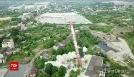 В Черновцах взрывом демонтировали 50-метровую трубу котельни