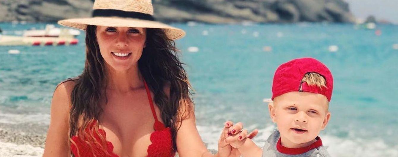 В красном бикини и с сыном: Анна Седокова поделилась пляжным снимком