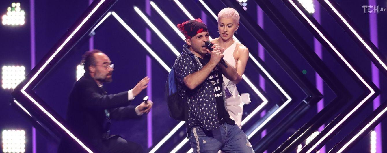"""Представниця Великої Британії на """"Євробаченні"""" отримала травму після нападу пранкера на сцені"""