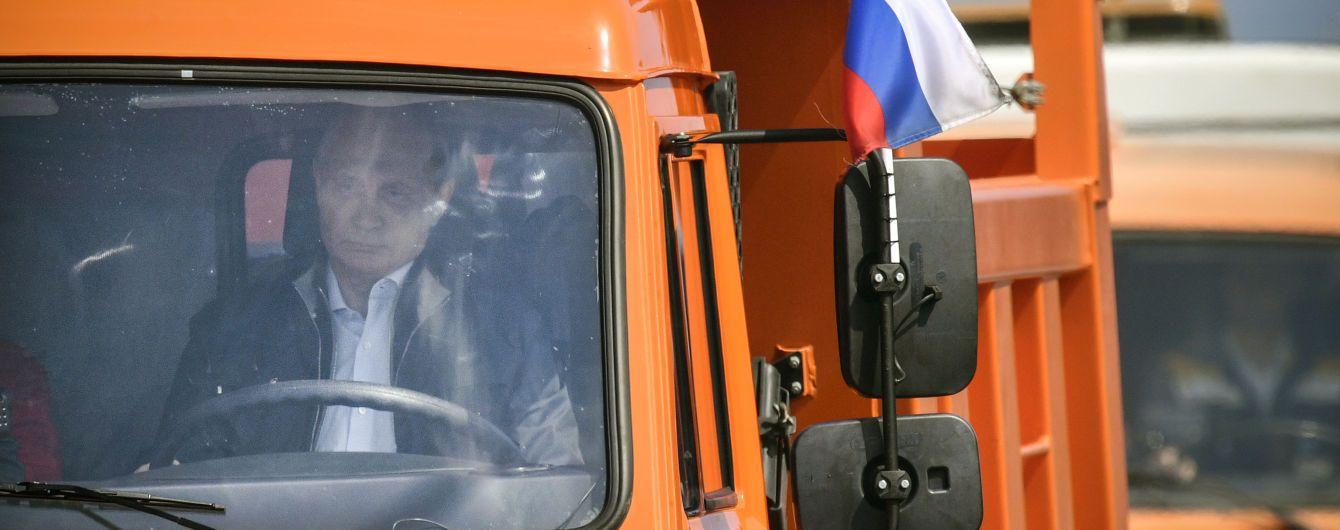 Путін відкрив рух мостом до анексованого Криму