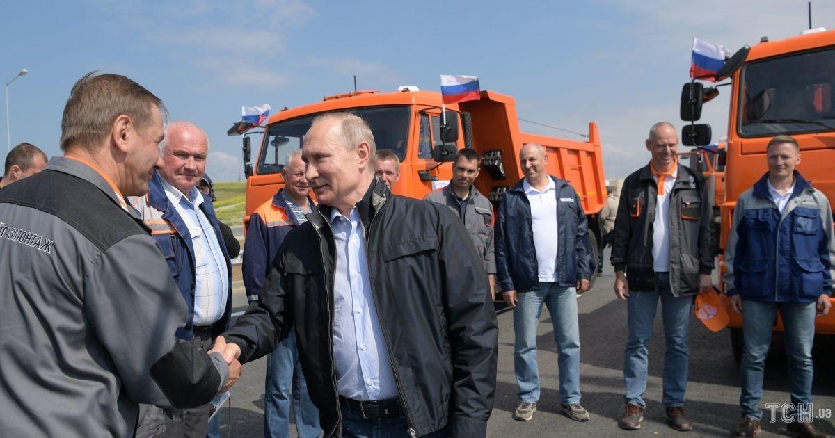 Путін їхав за кермом вантажівки