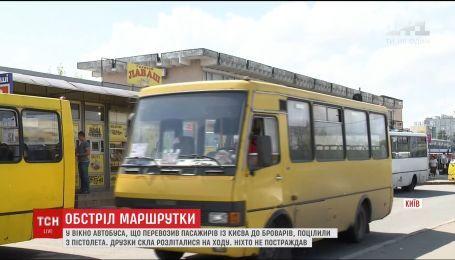 В Киеве обстреляли маршрутку с людьми внутри