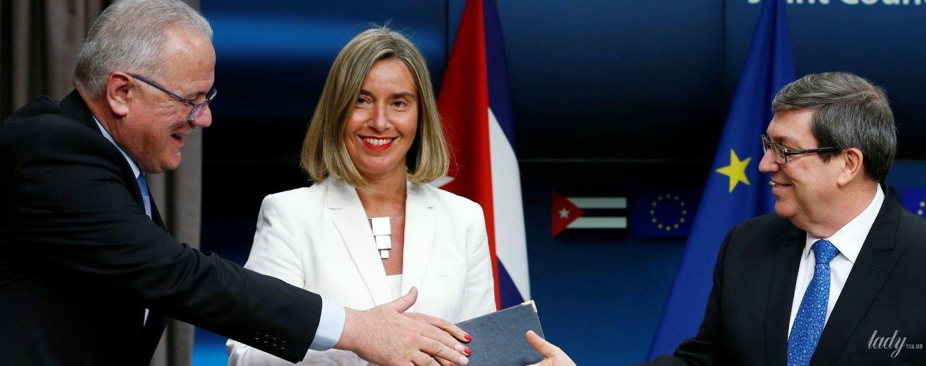 В белом жакете и с ярким маникюром: глава дипломатии ЕС Федерика Могерини продемонстрировала эффектный образ