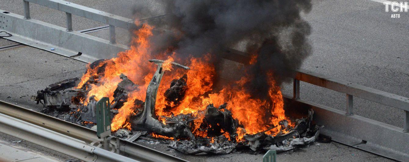 В Швейцарии Tesla взорвалась от столкновения и полностью сгорела