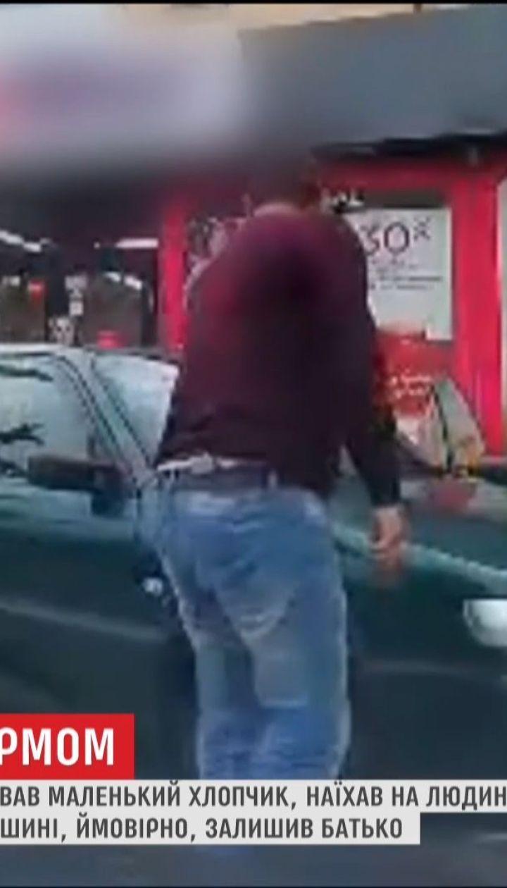 Ребенок за рулем автомобиля в Луцке наехал на человека и врезался в дерево