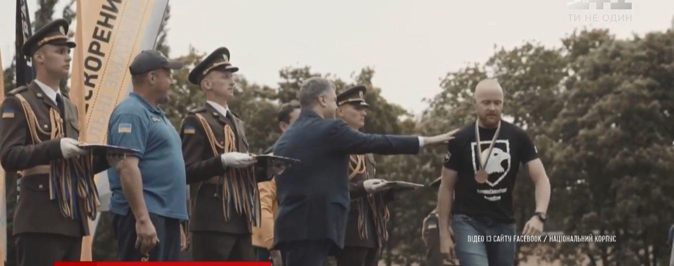 """""""Вільні люди у вільній країні"""": легендарний """"Сумрак"""" прокоментував відмову бійця """"Азову"""" потиснути руку Порошенку"""