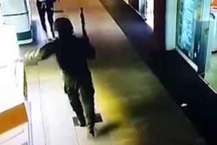 В полиции опубликовали видео разбойного нападения на ювелирку в Херсоне
