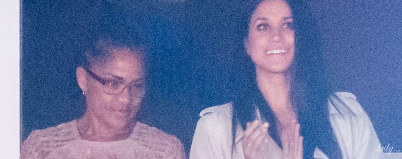 Два дня до королевской свадьбы: маму Меган Маркл встречала в аэропорту личная помощница и кортеж с охраной