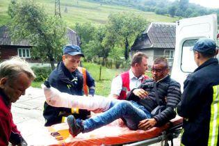 Окровавленное лицо и нога в гипсе. На Закарпатье парень выпал из поезда