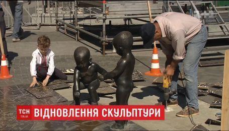 """У Києві скульптори відновлюють художню композицію """"Малюки, що пускають кораблики"""""""