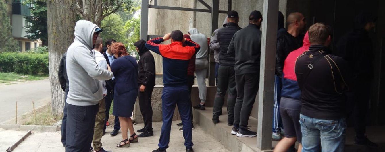 """В Одесі під час """"вирішення господарських проблем"""" затримали два десятки """"тітушок"""""""