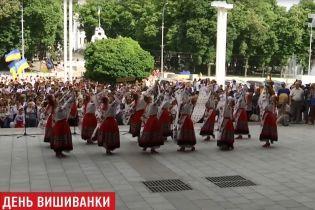 Украина расцвела вышиванками: национальный дресс-код окрасил города и села