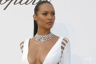 """В платье с эффектным декольте: """"ангел"""" Лаис Рибейро произвела фурор на гала-ужине в Каннах"""